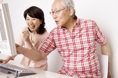 ITを活用する年配夫婦